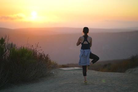 hoe ondersteunt yoga bij kanker vrouw pose natuur rust