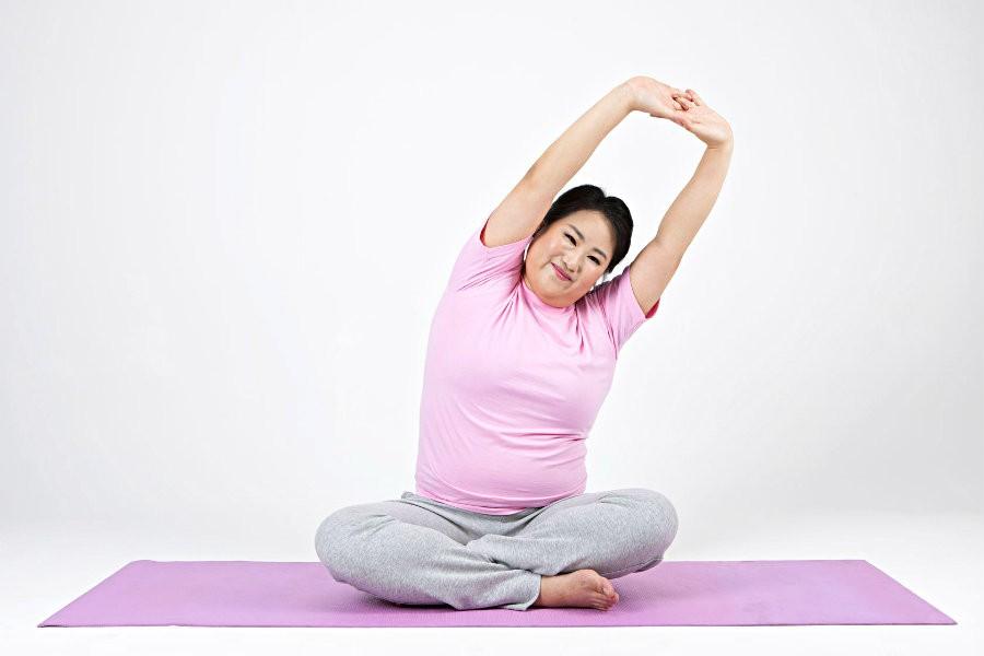 big yoga aanrader mensen overgewicht vrouw zit op yogamat Big Yoga: aanrader voor mensen met overgewicht - Wereld van Yoga