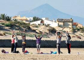 yoga studio dolfijn wellness amsterdam zuid groepje vrouwen volgt yogales strand Wereld van Yoga