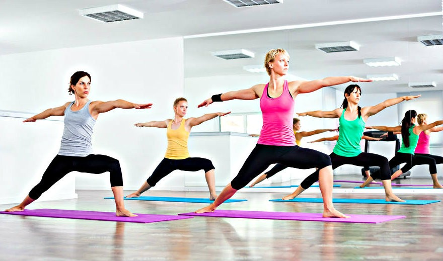 bikram yoga wat is het wat doet het voor je 4 vrouwen yogahoudingen in warmte Bikram Yoga: wat is het? - Wereld van Yoga