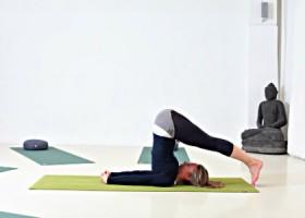 yogastudio de yogafabriek den haag oost docente doet ploeghouding yogaoefening Wereld van Yoga