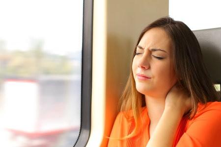 stijfheid nek tijdens reis losdraaien soepel yoga