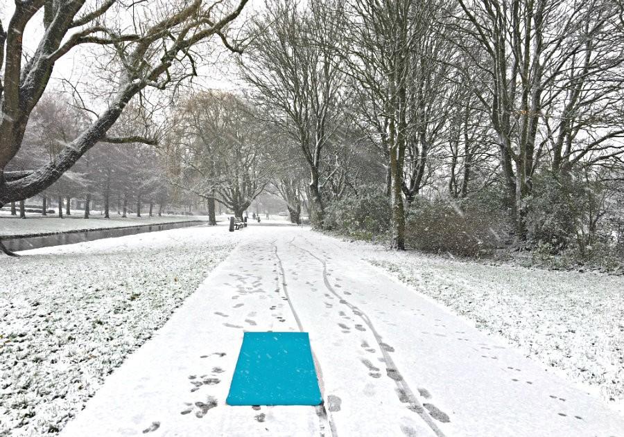 yoga in de sneeuw snowga yogamat in wit landschap Yoga in de sneeuw: snowga! - Wereld van Yoga