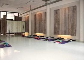 Yoga-Lab-Amsterdam-mooie-lichte-yogastudio-met-witte-vloer-en-gekleurde-yogamatjes-op-de-grond Wereld van Yoga