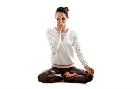 hatha yoga meest beoefende yogasoort vrouw doet ademhalingsoefening