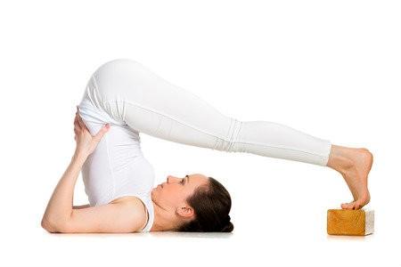 yoga blok hout handig bij yogaoefeningen ploeghouding