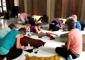 Yoga-Lab-Amsterdam-tien-mensen-zitten-op-witte-vloer-met-kleedjes-te-knutselen Wereld van Yoga