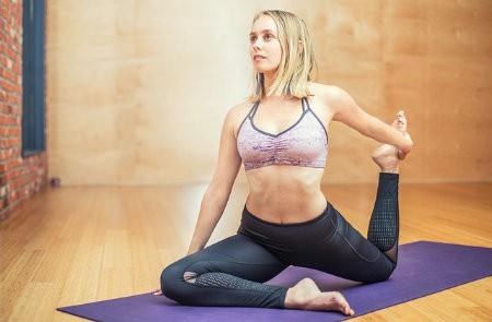 yoga als workout zweten spieren trainen vrouw op yogamat