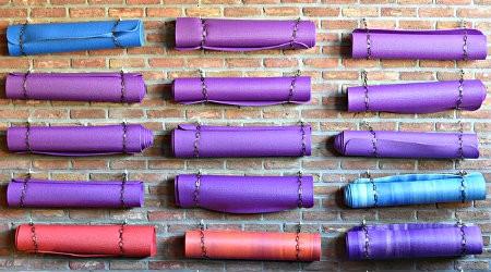 hoe helpt yoga minder eten yogamatten aan muur