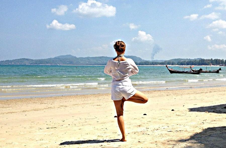 4 tips yoga volhouden tijdens vakantie yoga op strand 4 tips om yoga vol te houden tijdens de vakantie - Wereld van Yoga