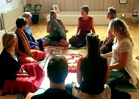 Sai-Mithra-Yoga-Amsterdam-groepje-vrouwen-zitten-in-kring-op-yogamatjes Wereld van Yoga