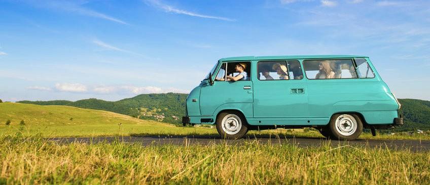 stijfheid tijdens reis met auto busje Stijfheid tijdens de reis? 4 yoga tips om soepel te blijven - Wereld van Yoga