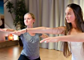 yoga studio mica yoga nootdorp meisjes doen yoga Wereld van Yoga