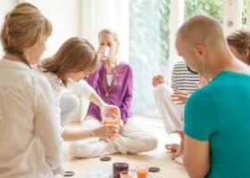 meander-yoga-yogaschool-rotterdam-mensen-ontspannen-thee-drinken Wereld van Yoga