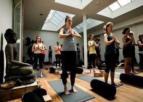 yoga studio delight yoga amsterdam west mensen volgen yogales Wereld van Yoga