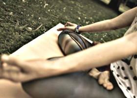 Justflowyoga-Rotterdam-vrouw-zit-in-lotushouding-in-park Wereld van Yoga