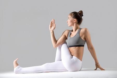 4 goede yogaoefeningen bij weinig tijd: zittende gedraaide twist (ardha matsyendrasana)