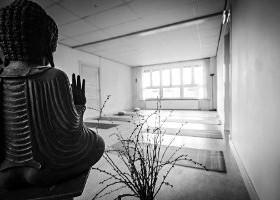 yogastudio yogacentrum leeuwarden lichte zaal met boeddha