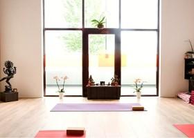 yoga studio thrive yoga zeeburg amsterdam oost zaal met glazen deur naar terras Wereld van Yoga