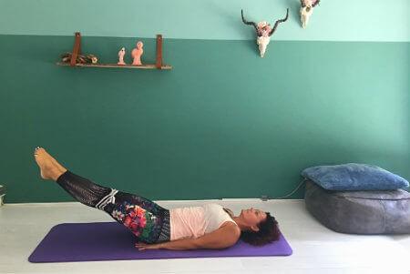 5 yoga buikspieroefeningen beenheffing