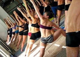 yoga studio bikram yoga amsterdam de pijp groep mensen doet driehoek yogaoefening Wereld van Yoga