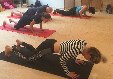 doel van pilates buikspieren houding core mensen volgen les