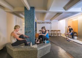 Charles-Hond-Iyengar-Yoga-Rotterdam-mensen-zitten-in-kleedruimte-yogaschool Wereld van Yoga