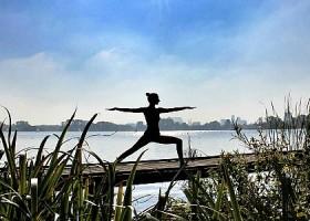 yoga studio elvi den haag archipelbuurt vrouw doet yogaoefening in zon aan water Wereld van Yoga