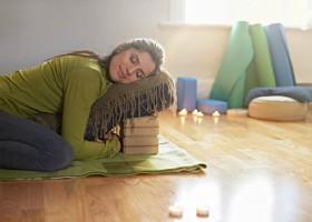 wat is restorative yoga vrouw ontspant in yogahouding Wat is Restorative Yoga? - Wereld van Yoga