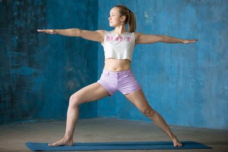 strekkende yogahoudingen krijger