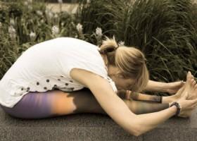 Justflowyoga-rotterdam-vrouw-doet-zittende-vooroverbuiging-in-natuur Wereld van Yoga