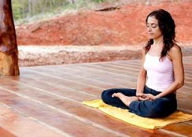 yoga studio thrive yoga amsterdam oost vrouw mediteert in natuur Wereld van Yoga
