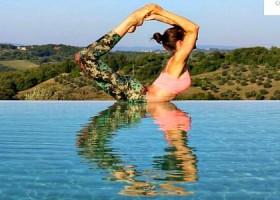 yoga studio den haag archipelbuurt vrouw doet yogahouding in zon aan zwembad Wereld van Yoga