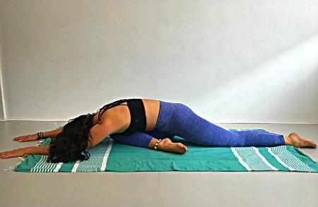 5 yogaoefeningen jaar afsluiten rustende duifhouding