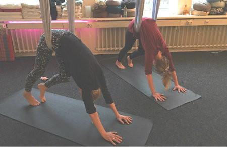 wat is proefles aerial yoga vrouwen ondersteboven in doek