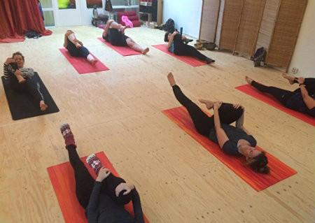 wat is voordeel van pilates sterker strakker mensen op yogamat
