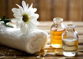 yoga maya yogastudio rotterdam noord witte handdoek bloem flesje olie Wereld van Yoga