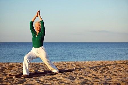 4-redenen-waarom-senioren-yoga-goed-voor-gezondheid-oudere-vrouw-krijger-yogahouding