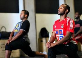 yoga studio yogaground rotterdam centrum mannen doen yogahouding Wereld van Yoga