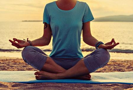 yoga helpt bij hormonen vrouw strand weer fit