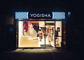 yogawinkel yogisha denhaag amsterdam voorgevel winkel avondlicht Wereld van Yoga