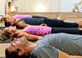 yoga studio mica yoga nootdorp liggende mensen yogales Wereld van Yoga