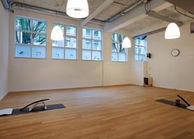 yoga studio critical alignment yoga amsterdam oost wittenburg zaal met yogamatten en hulpmiddelen Wereld van Yoga