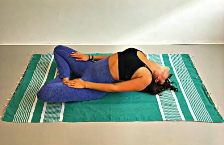 Vishouding matsyasana yoga gebogen benen
