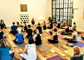 yoga studio yogaseads den haag scheveningen mensen volgen yogales in zaal Wereld van Yoga