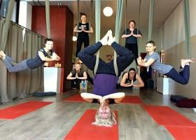 yoga studio thrive yoga zeeburg amsterdam oost vrouwen hangen ondersteboven aan plafond acro yoga Wereld van Yoga
