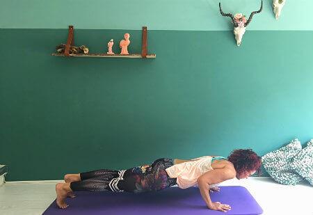 5 yoga buikspieroefeningen lage plank