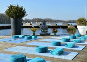 yoga voor beginners amsterdam zuid studio dolfijn wellness yogamatten op terras