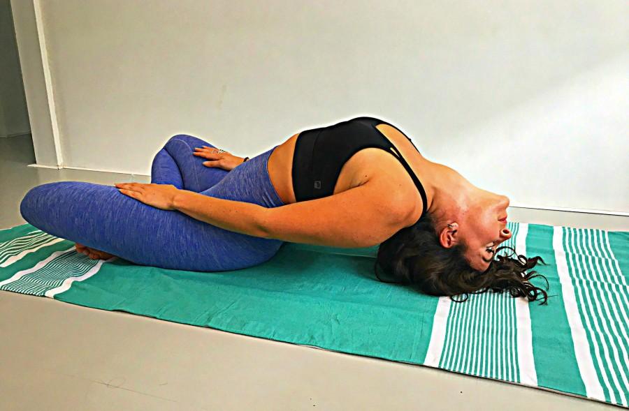 Vishouding matsyasana yoga ruimte borst rug liggen