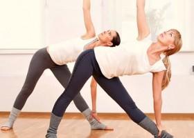 Kompassie-Yoga-Rotterdam-Delfshaven-Hatha-Yoga-twee-vrouwen-doen-zijwaartse-yogahouding Wereld van Yoga
